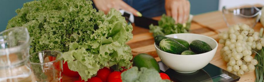 Natuurlijke voedingsmiddelen in keuken voor paleo dieet